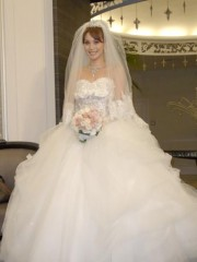 花嫁姿を披露したエビちゃん