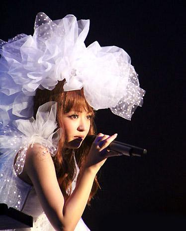 <写真>白のドレス姿で熱唱するYU-A