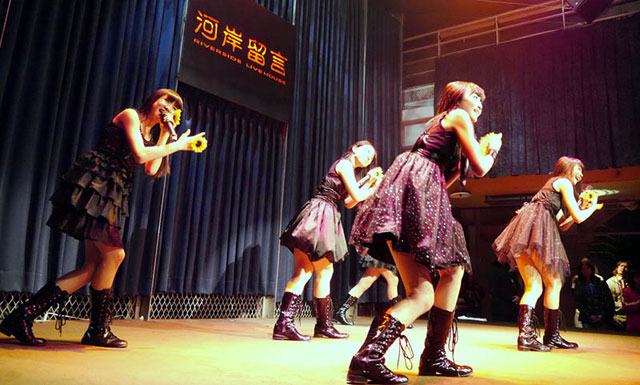 初の台湾ライブで熱唱する東京女子流