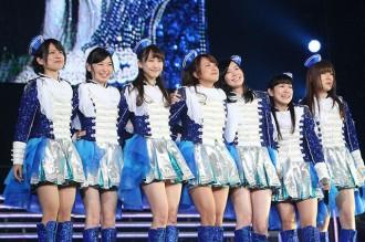 <写真>熱唱するSKE48の1期生メンバー