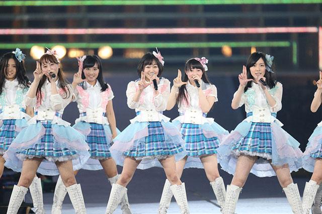 <写真>熱唱するSKE48