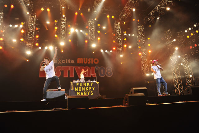 <写真>熱唱するFUNKY MONKEY BABYS(2008年9月20日)