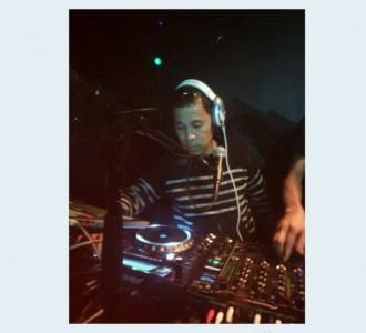 <写真>DJプレイする岡村隆史。このあと事件が起きたようだ(2013年11月3日)