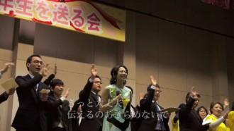 <写真>入船中学校の卒業式で歌を贈る一青窈