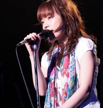<写真>母の命日に歌を捧げる川嶋あい(2009年8月20日)