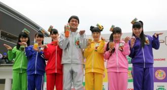 <写真>野菜生活体操を披露したチームしゃちほこと南海山ちゃん(中央)
