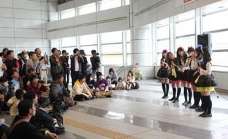 <写真>千葉駅構内で行われた千葉ご当地アイドルによるイベント