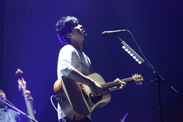 <写真>2年ぶりに開催されたアコースティックライブで熱唱する秦基博