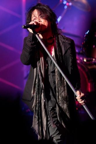 <写真>渋谷公会堂でのラストライブで熱唱するT-BOLAN・森友嵐士