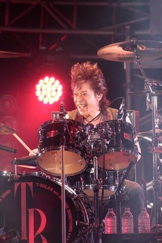 <写真>ラストライブでのT-BOLAN・ドラムの青木和義