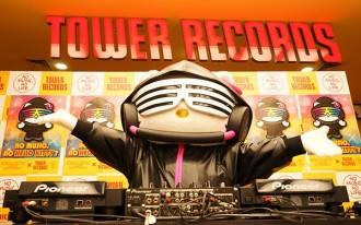 DJ Hello KittyがタワレコでDJプレイ