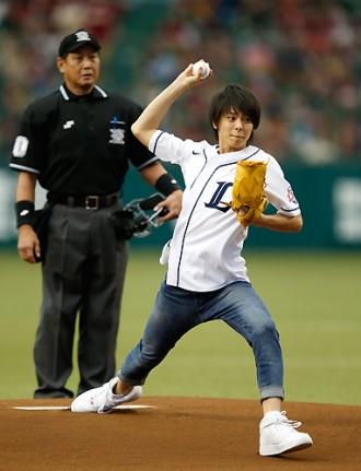 【写真】ようかい体操のお兄さん高野洸が始球式に登板(2014年9月18日)