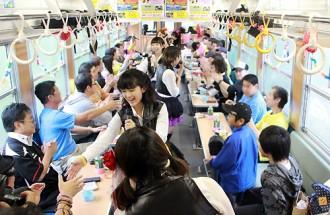 [写真]BOSO娘が生誕1周年を祝い列車貸切ライブ