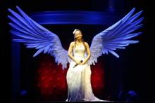 [写真]安室奈美恵の巨大ツアーセット展示・翼のオブジェ