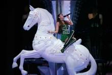 [写真]安室奈美恵の巨大ツアーセット展示・白馬のオブジェ