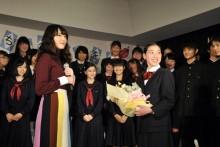 [写真]新垣結衣が合唱名門校に訪問2