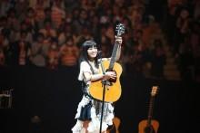 [写真]miwa感涙アコギ1本で熱唱2