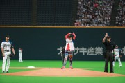 [写真]ドリカム吉田が始球式2