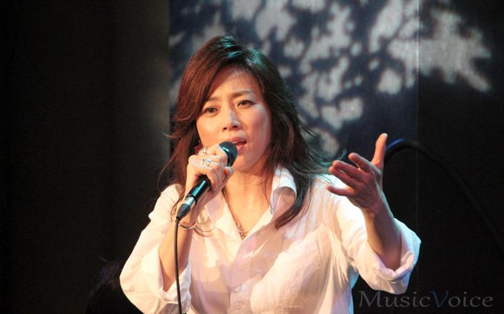 歌っている現在の藤吉久美子
