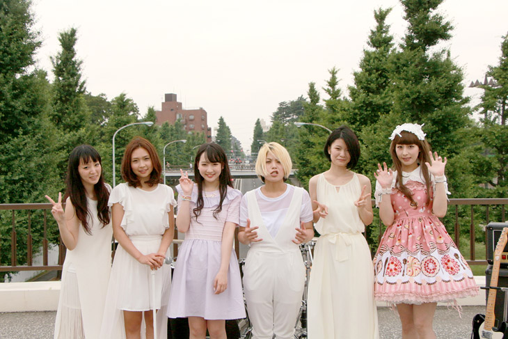 新曲MVに出演したバンドメンバーと越智ゆらの、鳥居みゆき実姉の千春さん