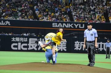 [写真]LiSAがノーバン投球(2)