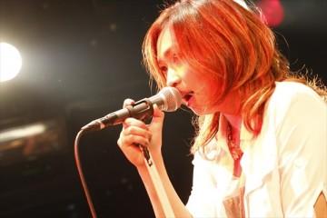 熱唱するerica。自信に満ち溢れているようだった(photo by HiranoTakashi)