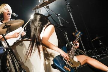 妖艶に舞ったNOHANA=右=とアグレッシブに叩いたSHIHO=左=(photo by HiranoTakashi)