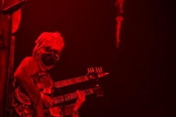 VAMPS。映画『マッドマックス』のウォータンクを彷彿させるマッドで巨大な車に乗る口元をメタルマスクで覆ったK.A.Z