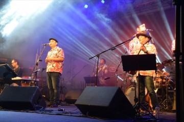 ブラジルのフェスで演奏するBEGIN(写真提供・(株)アミューズ)