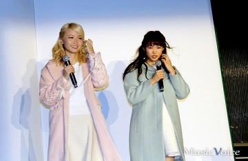 冷寒の空港デッキでも笑顔で対応したE-girlsのAmiと山口乃々華