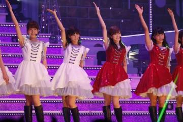 日本武道館で熱演する乃木坂46。この公演のアンコールに「悲報」は流れた