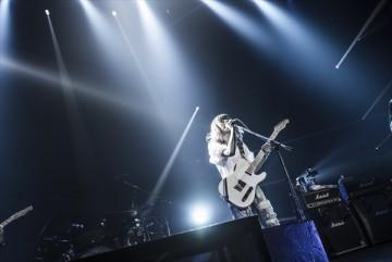ギターを抱えて演奏するRINA