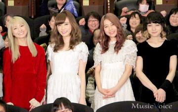 映画『猫なんかよんでもこない。』の舞台挨拶に出席したSCANDAL。左からHARUNA、RINA、TOMOMI、MAMI(撮影・小池直也)