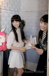 初のコメント収録に臨む小野田紗栞(右)と阿部夢梨