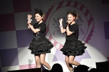 ステージで歌う、宇野実彩子(左)と伊藤千晃(右)