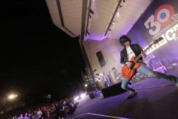 うなる古市コータローのギター(撮影・柴田恵理)
