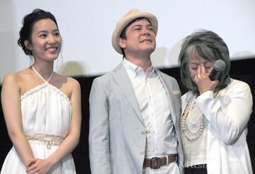 「MY WAY」に目頭を押さえる奈良橋監督(右端、撮影・桂 伸也)