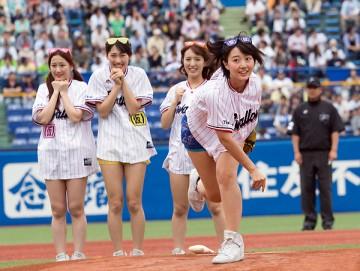 キャッチャーのミットをめがけ白球を放るアプガ新井愛瞳