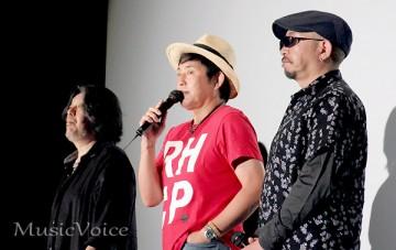 舞台あいさつをおこなったSING LIKE TALKINGの藤田千章、佐藤竹善、西村智彦