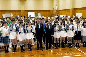 東北3県の高校生らと記念撮影に臨んだAKB48 Team8(撮影・桂 伸也)