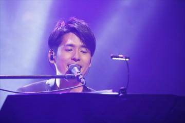 キーボードで参加した歌手のK(撮影・ほりたよしか)