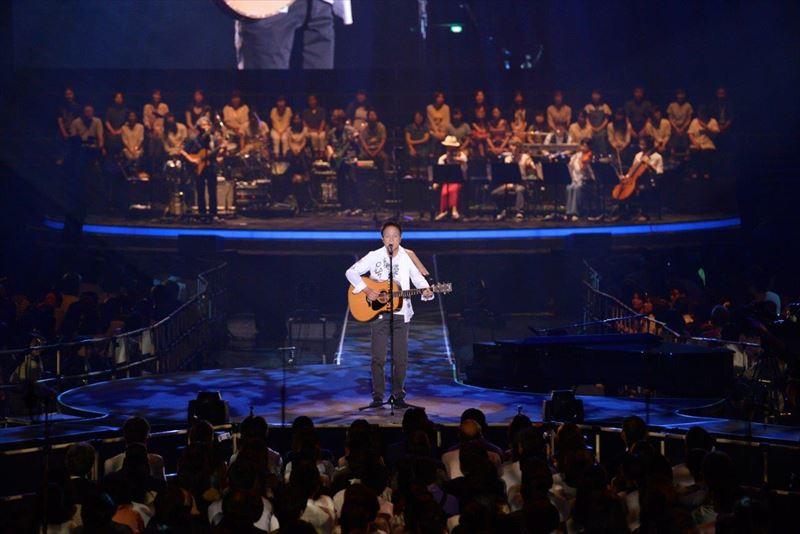 全国ツアー東京公演での小田和正。美しい歌声で表現される歌の世界感に心を震わせた