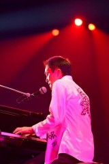 ピアノを弾き語る小田和正。ピアノの音色は曲の世界観を鮮明にさせた