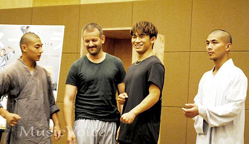格闘技好きのNAOTO。Tシャツからも厚い胸板がのぞく(撮影・橋本美波)