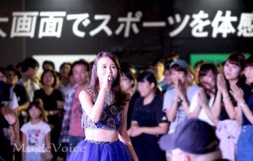 ステージを降り、観客の前で歌い上げるMay J.(撮影・長澤智典)