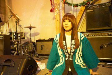 老舗レコード日本コロムビアのはっぴを着る川本真琴