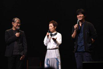 談笑する、左から松本隆、クミコ、秦基博