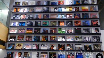 約100枚のアナログレコードが壁一面に展示