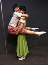 芳根京子とももクロ百田夏菜子によるアクロバティックな一枚。満面の笑顔を浮かべる(芳根京子の公式ブログより)