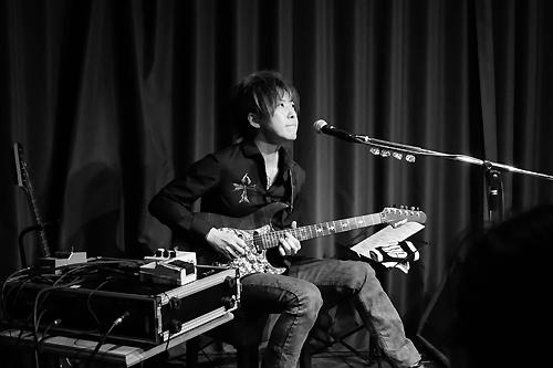 ソロステージで奏でる本田毅。飽くなき探求心の結晶がギターの音色として浮かび上がった
